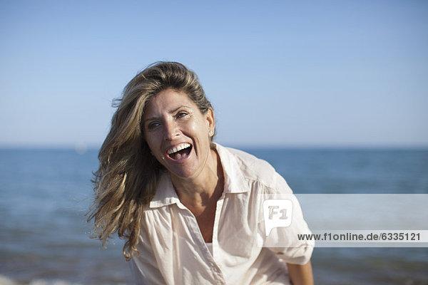 Sorgenfreie Frau am Strand  Portrait