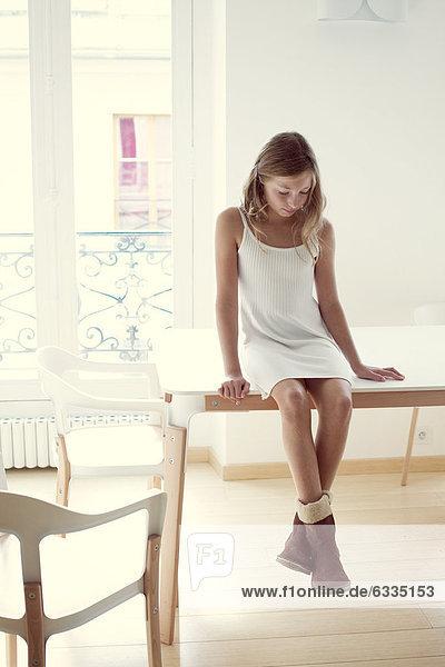 Mädchen auf dem Tisch sitzend  Portrait