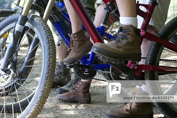 Radfahrer beim Radfahren im Wald  niedriger Abschnitt