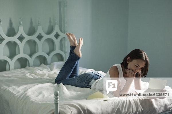 Frau auf dem Bett liegend  Leserbrief