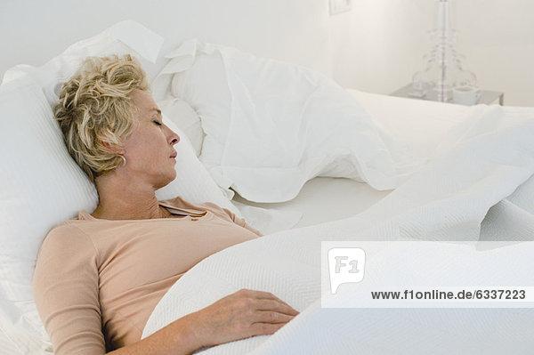 Frau Bett schlafen reifer Erwachsene reife Erwachsene