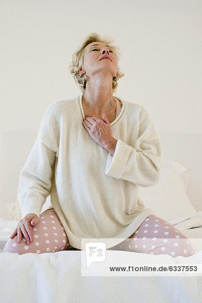 Frau kniend Massage Bett reifer Erwachsene reife Erwachsene