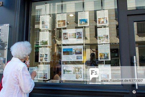 Senior  Senioren  Paris  Hauptstadt  Frankreich  Frau  sehen  Fenster  Wohngebäude  Apartment  Laden  Werbung  Umsatz