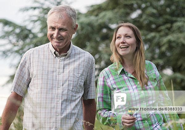 Frau und Vater beim Spaziergang im Freien