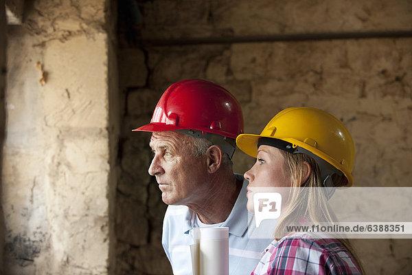 Bauarbeiter stehen auf der Baustelle