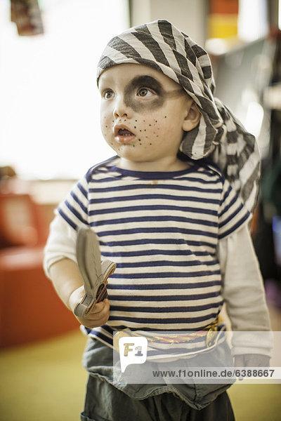 Junge im Piratenkostüm
