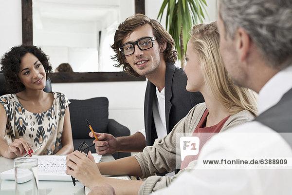 Geschäftsleute arbeiten zusammen am Schreibtisch