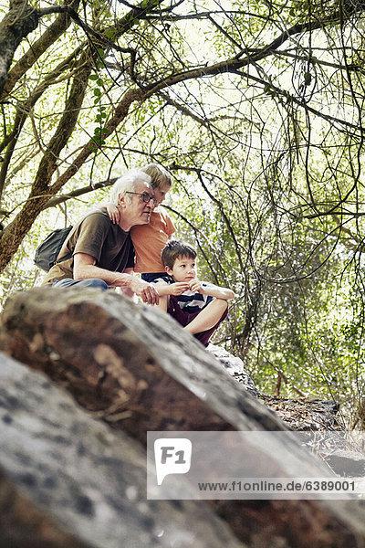 Vater und seine Söhne beim Spielen im Wald