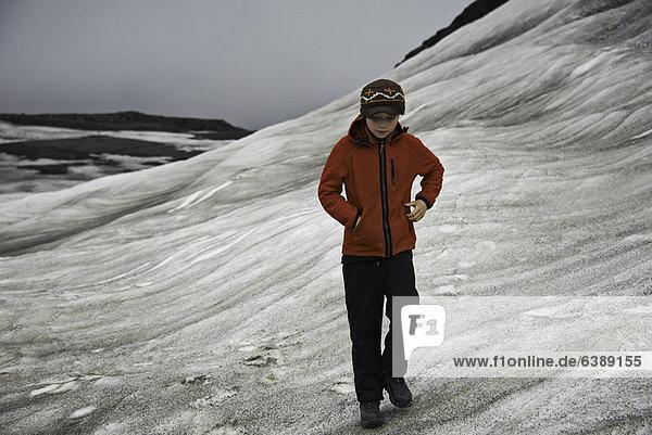 Mädchen beim Wandern auf verschneiten Hängen