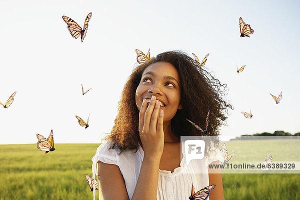 zwischen  inmitten  mitten  stehend  Frau  Schmetterling  Wiese