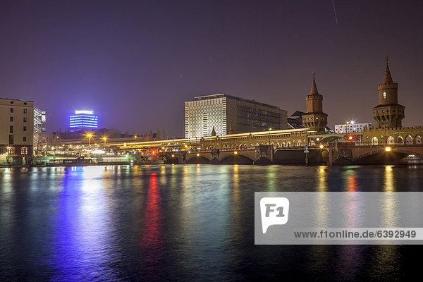 Oberbaumbrücke bei Nacht  Berlin  Deutschland  Europa  ÖffentlicherGrund