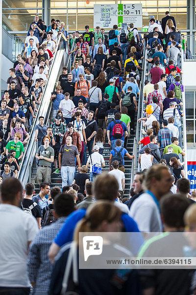 Menschenmassen auf der Gamescom  weltgrößte Messe für interaktive Unterhaltungselektronik  Video- und Computerspiele  Über 600 Aussteller aus über 40 Ländern zeigen neue Computerspiele und Zubehör