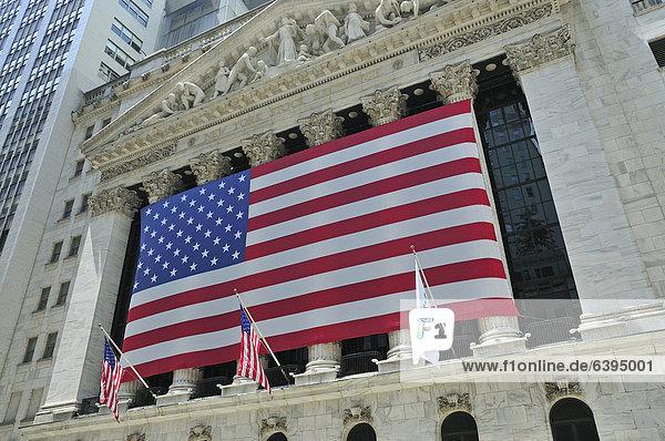Fassade der New York Stock Exchange  Börse mit USA-Nationalflagge an der Wall Street  Financial District  Manhattan  New York City  USA  Nordamerika  Amerika  ÖffentlicherGrund