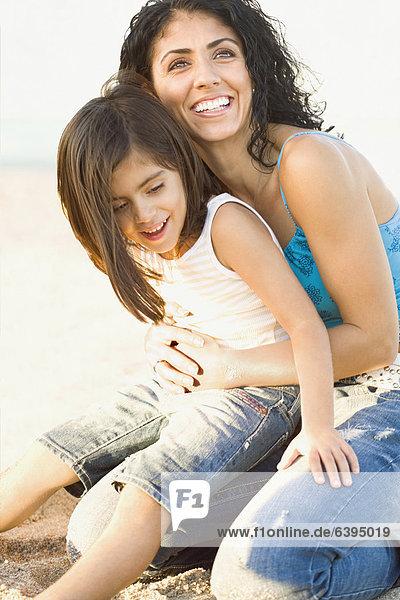 halten  auf dem Schoß sitzen  mischen  Tochter  Mutter - Mensch  Mixed