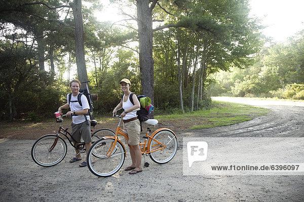 Europäer  fahren  Fernverkehrsstraße  schmutzig  Fahrrad  Rad