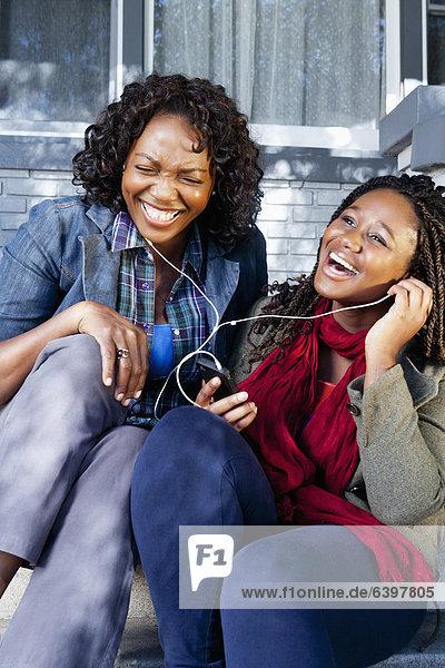 sitzend  zuhören  schwarz  frontal  Musik  Tochter  Mutter - Mensch