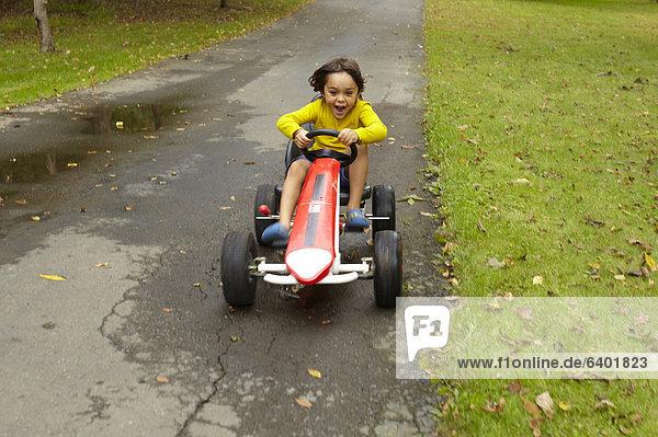 Junge - Person  Auto  fahren  Spielzeug  mischen  Mixed