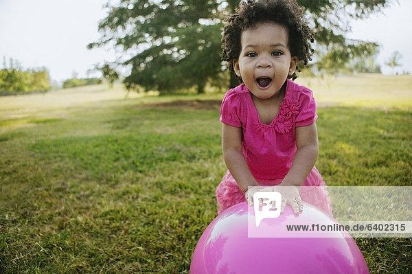 schwarz  Gras  Ball Spielzeug  Mädchen  spielen