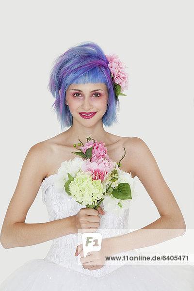 junge Frau junge Frauen Portrait Schönheit grau Hochzeit Hintergrund Haare färben Kleid Haar