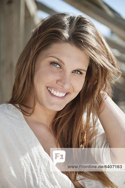Portrait  Frau  lächeln  braunhaarig  jung