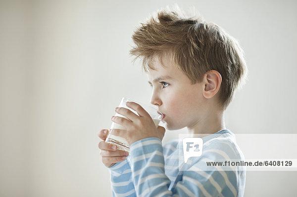 Junge - Person  Ansicht  jung  trinken  Seitenansicht  Milch