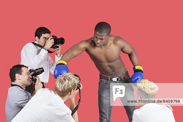 Fotografie  nehmen  über  Hintergrund  rot  Paparazzo