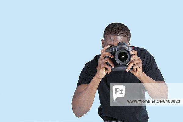 Mann  Fotografie  nehmen  über  Hintergrund  blau  amerikanisch  jung  Fotoapparat  Kamera