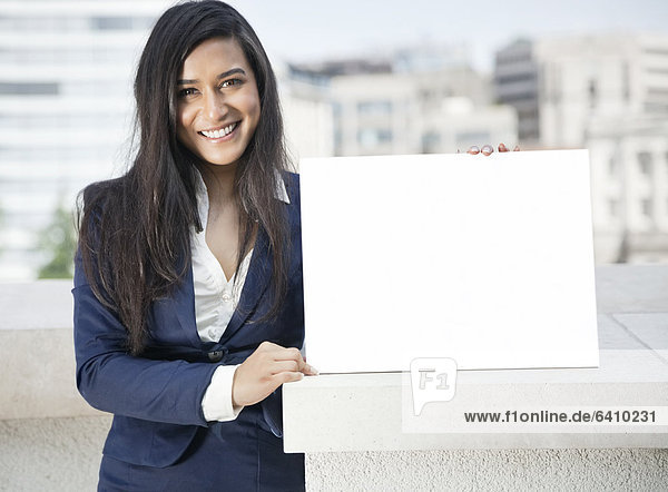 Portrait  Geschäftsfrau  halten  Zeichen  Indianer  jung  Signal