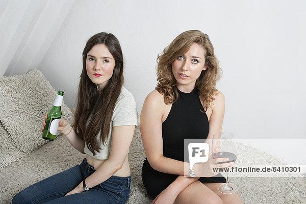sitzend  Portrait  Frau  Couch  Getränk  2  jung