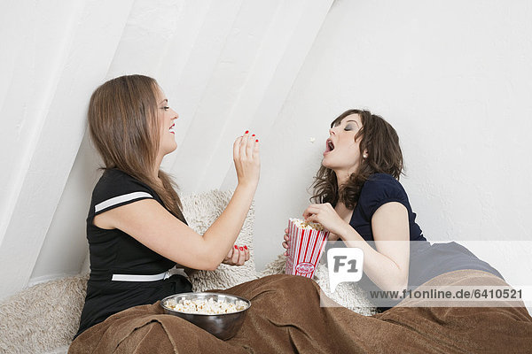 werfen Spiel Bett jung Popcorn