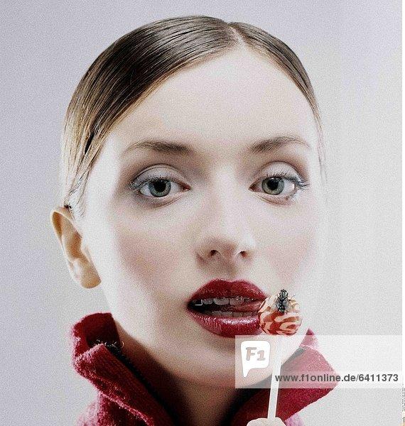 Junge Frau mit knallroten Lippen