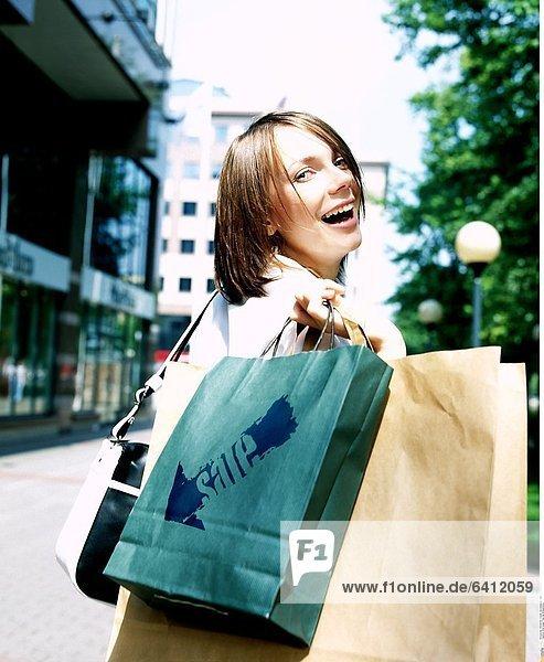Eine junge Frau bei Einkaufstour