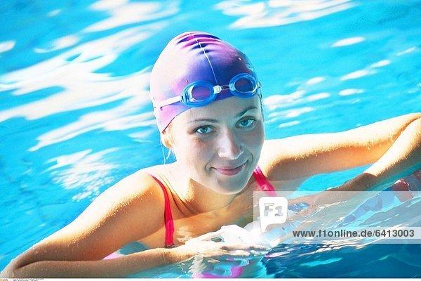 Frau beim Schwimmen *** Local Caption ***