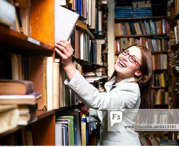 Eine Studentin in der Bibliothek