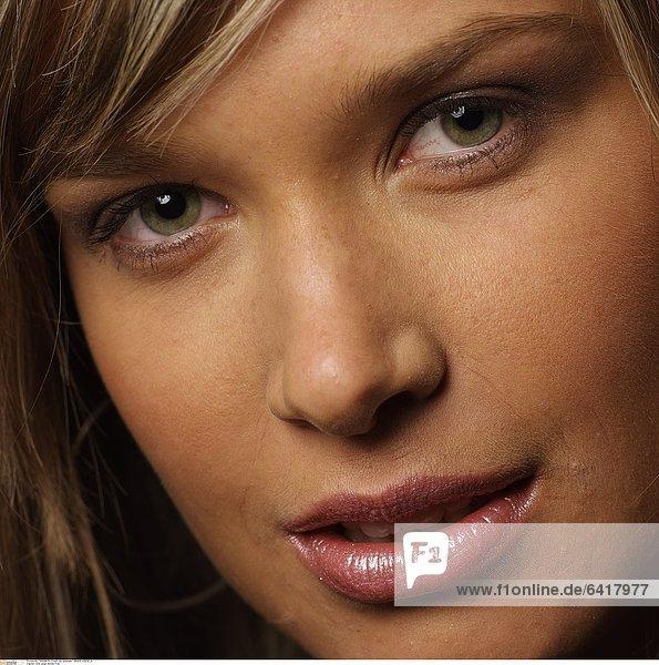 Eine junge blonde Frau