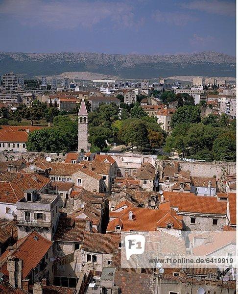 Der Diokletianpalast mit dem Glockenturm der Kathedrale Sv. Duje  Split  Dalmatien  Kroatien