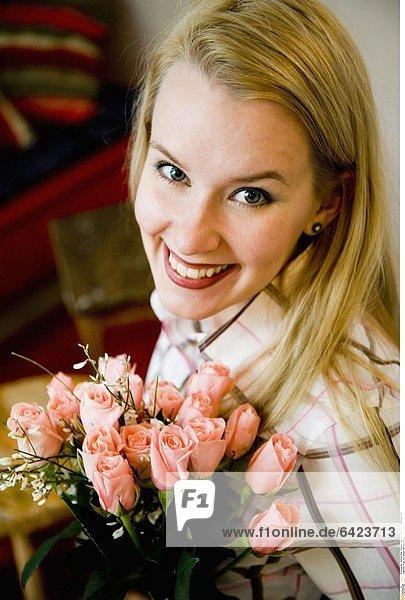 Frau mit einem Strauß Rosen