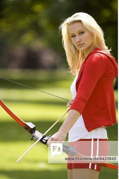 Junge Frau mit Pfeil und Bogen