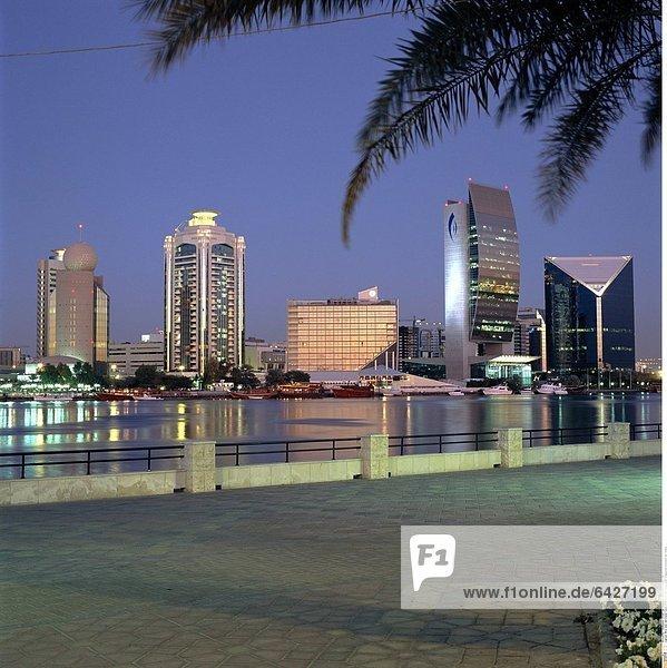 Blick über den Dubai Creek in Dubai in den Vereinigten Arabischen Emiraten am Abend