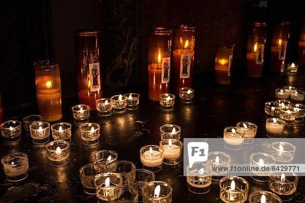 Italien  Lombardei  Mailand  Kerzen in Sant'Antonio da Padova Kirche