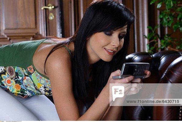 Eine junge Frau mit ihrem Mobiltelefon