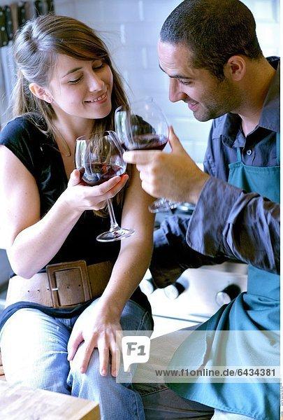 Ein junges Paar trinkt Wein