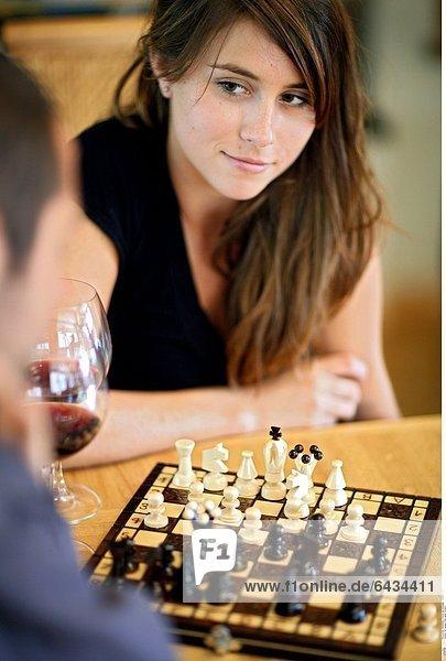 Ein junges Paar spielt Schach