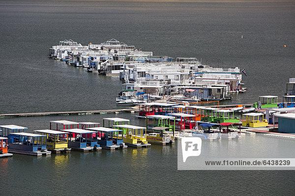 Hausboote auf dem Lake Kaweah  künstlicher Stausee zum Hochwasserschutz in den westlichen Ausläufern der Sierra Nevada  Three Rivers  Kalifornien  USA