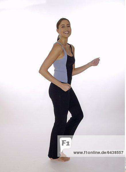 Eine junge Frau hält sich fit