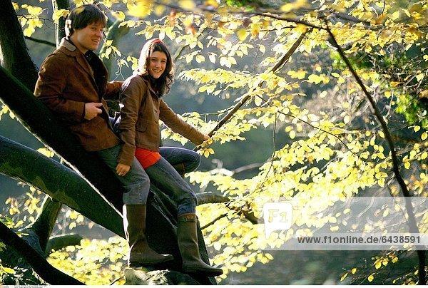 Junges Paar bei einem Herbstspaziergang