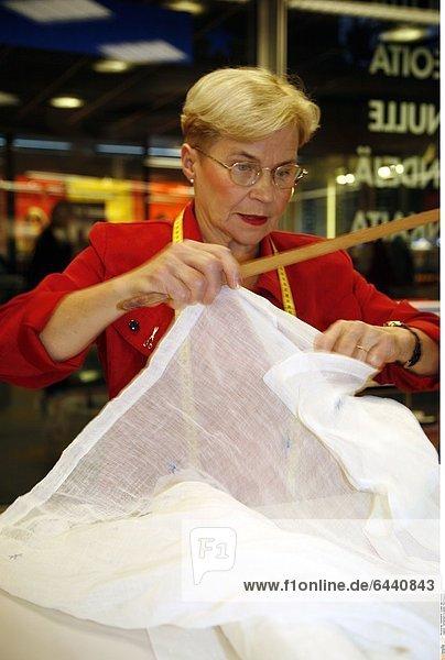 Verkäuferin in einem Textiliengeschäft