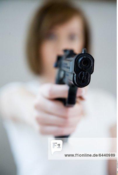 Bewaffnete Frau