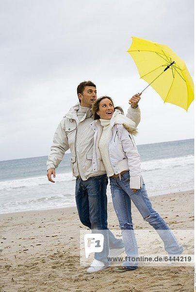 Paar an der Küste