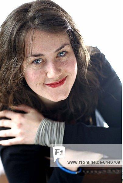 Portrait eines Teenagermädchens mit charmantem Lächeln